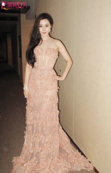 范冰冰身着艾莉-萨博2011春季裸色立体印花曳地长裙