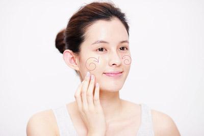 精华粉底激发晨光美肌 让整体肤质清新动人